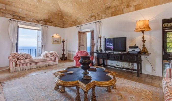 binnenkijken bij michael douglas die voor 50 miljoen af wil van zijn bezit op mallorca. Black Bedroom Furniture Sets. Home Design Ideas