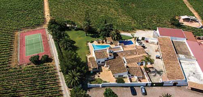 BINNENKIJKEN in het huis met wijngaard van CLIFF RICHARD dat nu te koop is met een korting van 2.5 miljoen