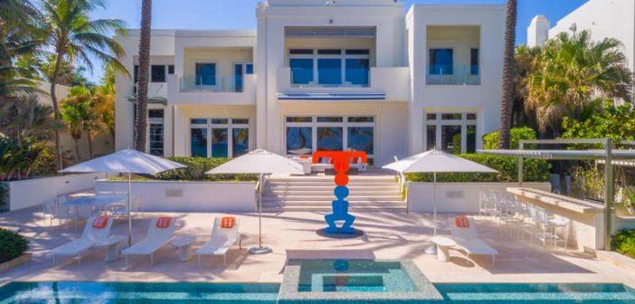 BINNENKIJKEN in het gekleurde strandhuis van TOMMY HILFINGER in Miami dat u kunt kopen voor nog geen DERTIG MILJOEN dollar