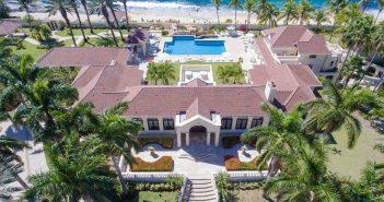 BINNENKIJKEN op landgoed van DONALD TRUMP op Sint Maarten waar hij nu 11 miljoen korting op geeft en verlies op gaat leiden….