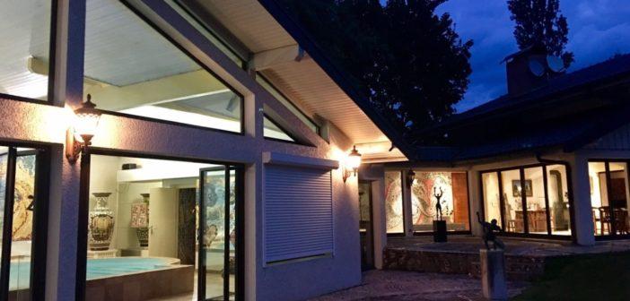 BINNENKIJKEN in het vakantiehuisje met inpandig zwembad van FREEK DE JONGE (72) in FRANKRIJK dat hij wil verkopen voor €745.000 vanwege TE OUD