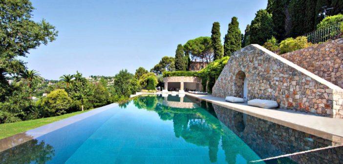 BINNENKIJKEN in het voor 20.2 miljoen euro te koop zijnde Zuid-Franse landhuis van PABLO PICASSO  dat er weer precies uitziet zoals toen de schilder nog leefde, alleen nu met hedendaags comfort.