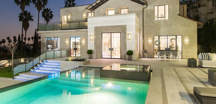 doe de videotour in de villa in los angeles die rihanna kocht voor 5 8 miljoen. Black Bedroom Furniture Sets. Home Design Ideas