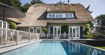 BINNENKIJKEN bij glamourkoppel Winston en Renate Gerschtanowitz die fors minder beuren voor hun villa dan gehoopt