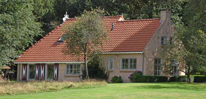BINNENKIJKEN bij ARJEN LUBACH die voor een HALF MILJOEN een WOONBOERDERIJ in Friesland heeft gekocht
