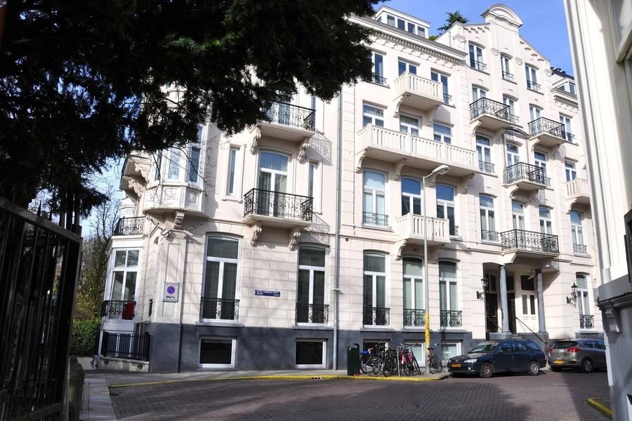 BINNENKIJKEN in het luxeappartement van CONNIE BREUKHOVEN waar inbrekers hun slag sloegen
