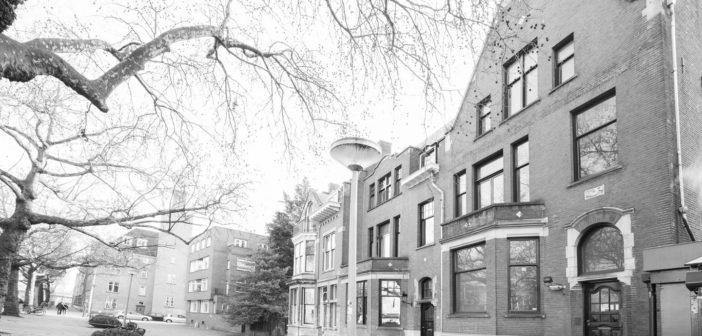 BINNENKIJKEN bij JULES DEELDER die zijn Rotterdams 'kasteel' verkoopt voor €950.000 (inclusief gat in plafond)
