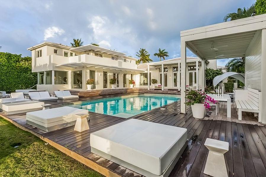 BINNENKIJKEN in het schitterende landhuis van SHAKIRA in Miami Beach dat u voor 10 miljoen kan kopen