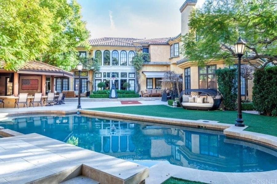 BINNENKIJKEN bij CHARLIE SHEEN die $ 800.000 KORTING geeft op zijn herenhuis in Beverly Hills met basketbalveld en bioscoop