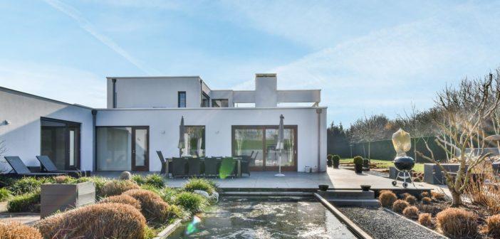 BINNENKIJKEN bij JORGEN RAYMANN die voor 2.4 miljoen euro van zijn Almeerse villa met zwembad af wil