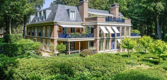 BINNENKIJKEN bij EDWIN EVERS die -nu hij stopt op 538- zijn Hilversumse appartement verkoopt voor ruim €1 miljoen