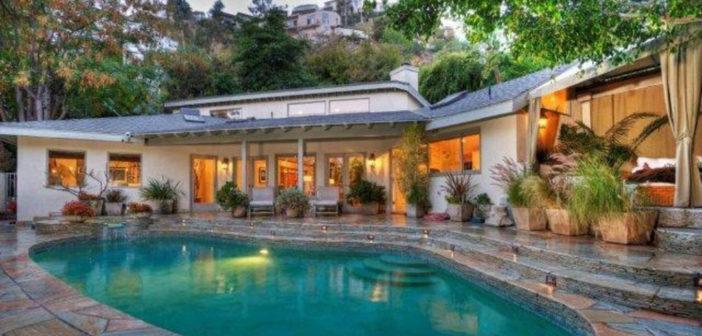 BINNENKIJKEN bij SANDRA BULLOCK die haar California Ranch House te koop zet voor ¤2.925 miljoen