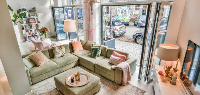 BINNENKIJKEN bij BRIDGET MAASLAND die haar Amsterdamse huis aanbiedt voor net geen miljoen