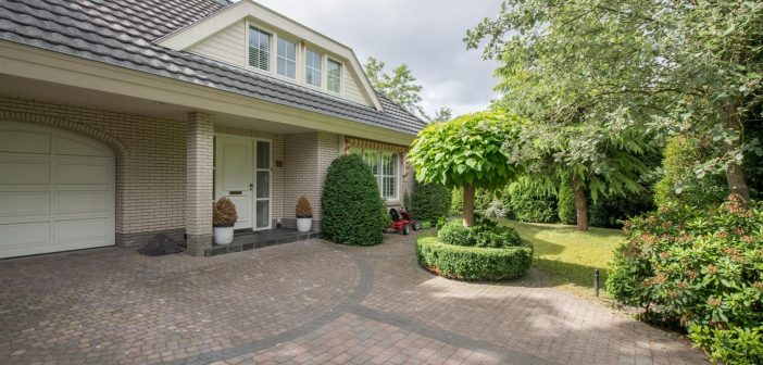 BINNENKIJKEN bij GLENNIS GRACE die haar villa in Almere verkoopt voor €750.000